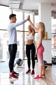 Volledig schot van man en vrouwen in gymnastiek