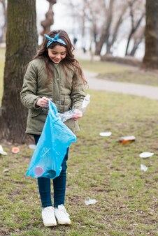 Volledig schot van meisje recycling