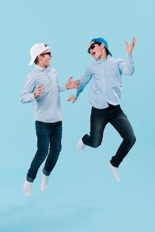 Volledig schot van moderne jongens springen