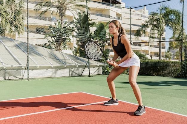 Volledig schot van professionele tennisspeler