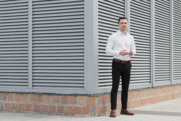 Volledig schot van stijlvolle zakenman
