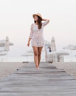 Volledig schot vrouw die zich voordeed op het strand