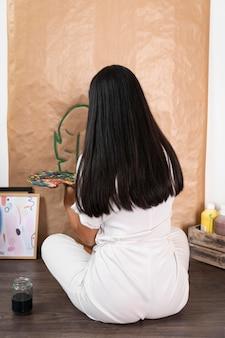 Volledig schot vrouw schilderij blad