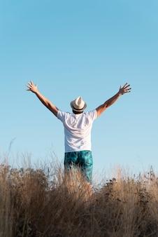 Volledig shot van een man met zijn armen in de lucht