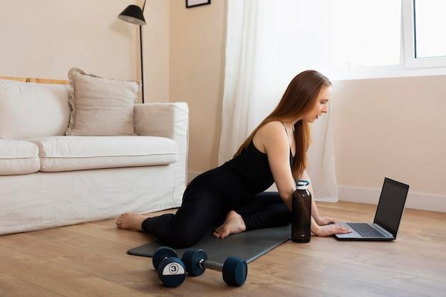 Volledig shot vrouw training met laptop