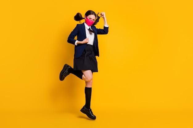 Volledige foto van middelbare scholier meisje springen vuisten opsteken draag masker