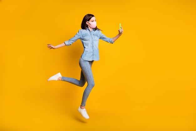 Volledige foto van mooi meisje springen gebruik smartphone maken selfie