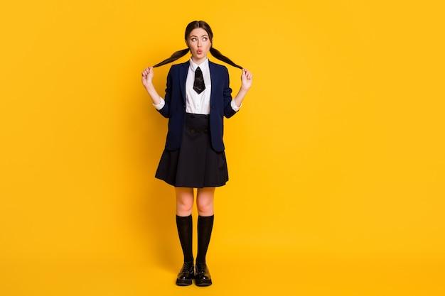 Volledige foto van schattige grappige middelbare school tiener look copyspace