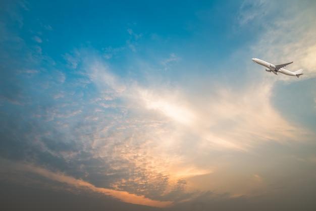 Volledige frame shot van cloudscape met een vliegtuig vliegen over