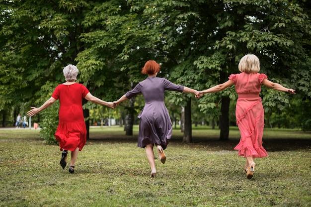 Volledige geschotene hogere vrouwen die vriendschap vieren