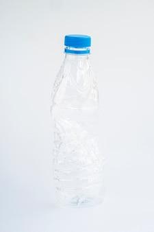 Volledige geschotene plastic fles op grijze achtergrond