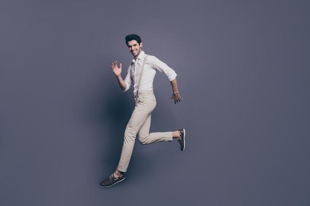 Volledige grootte portret van inhoud elegante kerel sprong ga kopie ruimte rennen bewegen in vrije tijd meisjes aantrekken goed uitziende outfit.