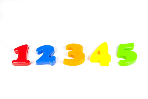 Volledige kleuren nummer op een witte achtergrond.