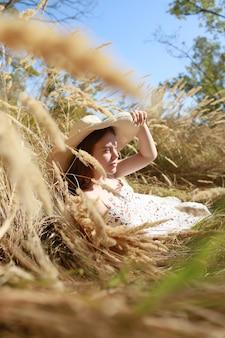 Volledige lengte die van een mooie tiener is ontsproten die van het buitenleven geniet.
