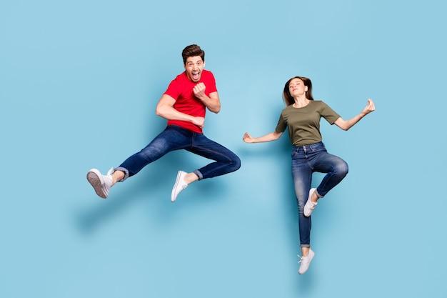 Volledige lengte foto van funky gekke twee getrouwde mensen studenten man trein vechten oefening karate vrouw sprong praktijk chakra yoga mediteren om slijtage outfit geïsoleerde blauwe kleur achtergrond