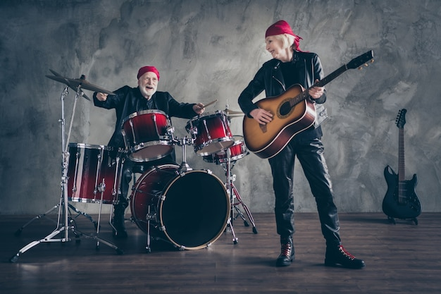 Volledige lengte gepensioneerde lady man rockband geeft concert