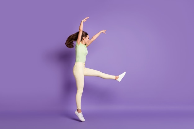 Volledige lengte lichaamsgrootte profiel zijaanzicht van mooie aantrekkelijke vrolijke vrolijke funky sportieve meisje springen dansen professionele verplaatsen geïsoleerde heldere levendige glans levendige lila violette kleur achtergrond