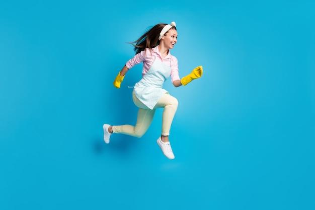 Volledige lengte lichaamsgrootte profiel zijaanzicht van vrolijke gemotiveerde meid springen hardlopen