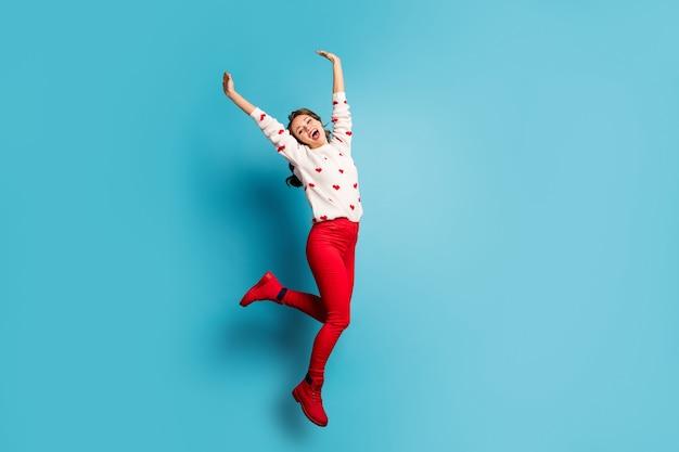 Volledige lengte lichaamsgrootte weergave mooie trendy vrij vrolijke blij meisje springen met plezier handen opstaan