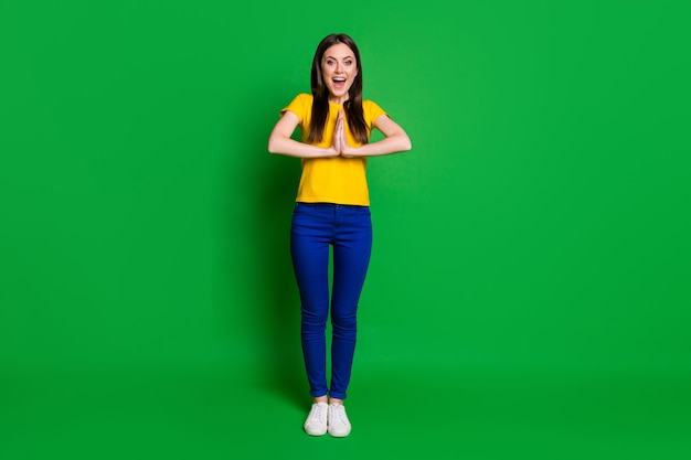 Volledige lengte lichaamsgrootte weergave portret van vrolijk meisje dat om gunst vraagt