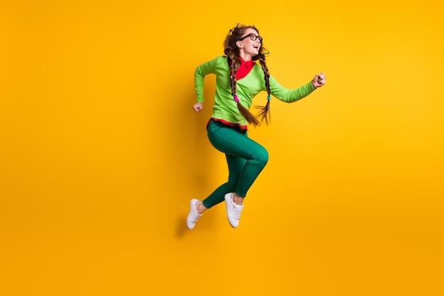 Volledige lengte lichaamsgrootte weergave van aantrekkelijk funky vrolijk meisje springen rennende motivatie geïsoleerde heldere gele kleur achtergrond