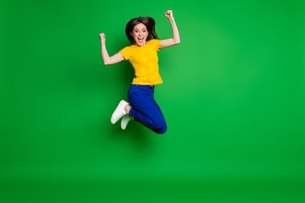 Volledige lengte lichaamsgrootte weergave van blij vrolijk meisje springen