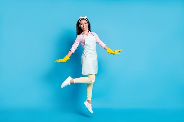 Volledige lengte lichaamsgrootte weergave van blije vrolijke meid springen met plezier