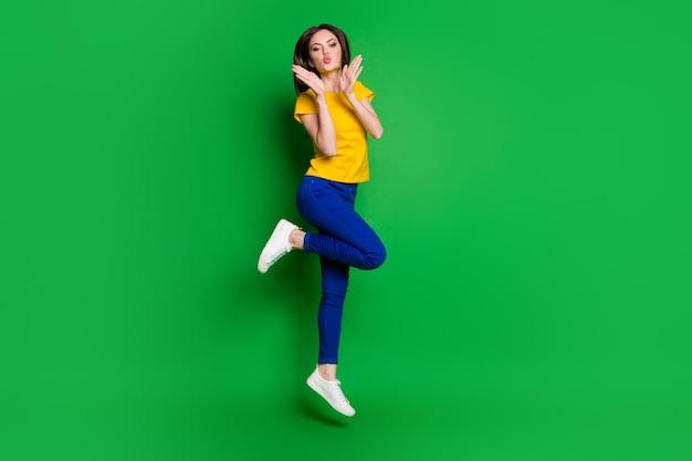 Volledige lengte lichaamsgrootte weergave van funky slim fit meisje springen met plezier luchtkus verzenden
