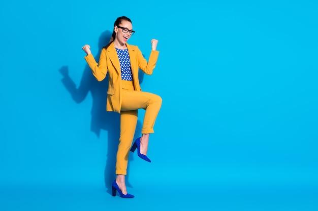Volledige lengte lichaamsgrootte weergave van haar mooie aantrekkelijke chique vrolijke vrolijke tevreden dame leider dansen vreugde plezier geïsoleerd helder levendig glans levendige blauwe kleur achtergrond