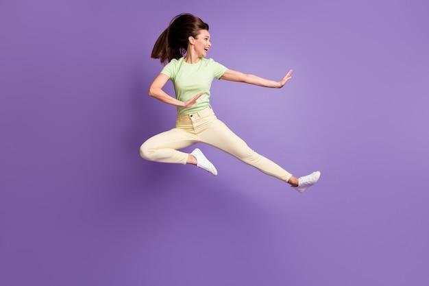 Volledige lengte lichaamsgrootte weergave van haar ze leuk aantrekkelijk mooi mooi funky vrolijk meisje springen plezier dansen vechten gek geïsoleerd helder levendig glans levendige lila violette kleur achtergrond