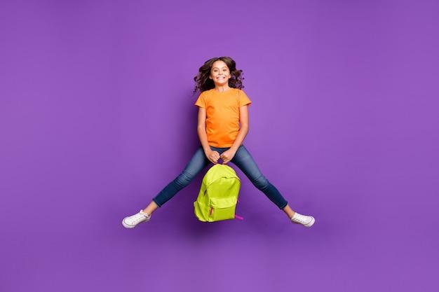 Volledige lengte lichaamsgrootte weergave van haar ze mooi aantrekkelijk mooi schattig speels funky vrolijk vrolijk golvend meisje springen bedrijf in handen tas geïsoleerd op lila paars violet pastel kleur achtergrond