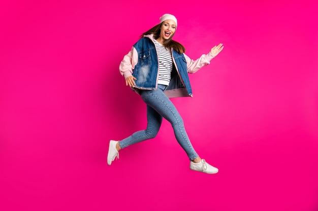 Volledige lengte lichaamsgrootte weergave van haar ze mooi aantrekkelijk mooi vrolijk vrolijk meisje springen rennen plezier tijd geïsoleerd op heldere levendige glans levendige roze fuchsia kleur