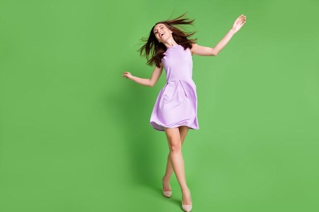 Volledige lengte lichaamsgrootte weergave van haar ze mooi uitziende aantrekkelijke charmante mooie blij slank dun vrolijk vrolijk meisje plezier genieten van vrije tijd wandelen chill geïsoleerde groene kleur achtergrond