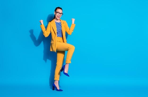 Volledige lengte lichaamsgrootte weergave van haar ze mooi uitziende aantrekkelijke chique stijlvolle vrolijke vrolijke tevreden dame leider vreugde prestatie geïsoleerde heldere levendige glans levendige blauwe kleur achtergrond