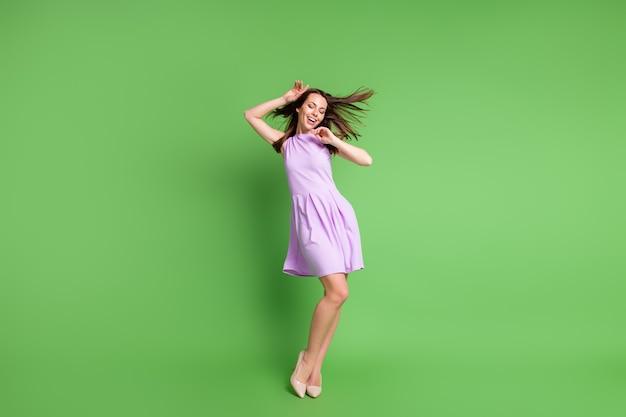 Volledige lengte lichaamsgrootte weergave van haar ze mooi uitziende aantrekkelijke mooie charmante innemende dunne slanke dromerige vrolijke vrolijke meisje poseren met katoenen kleding geïsoleerd over groene kleur achtergrond