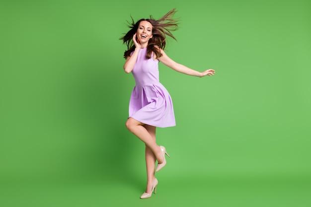 Volledige lengte lichaamsgrootte weergave van haar ze mooi uitziende aantrekkelijke mooie charmante mooie zorgeloze vrolijke vrolijke meisje plezier genieten van vrije tijd dansende lucht waait geïsoleerde groene kleur achtergrond