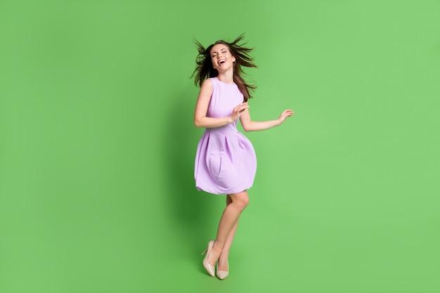 Volledige lengte lichaamsgrootte weergave van haar ze mooi uitziende aantrekkelijke mooie dunne slanke dromerige blij vrolijk vrolijk meisje poseren genieten van vakantie weekend vakantie goed humeur geïsoleerde groene kleur achtergrond