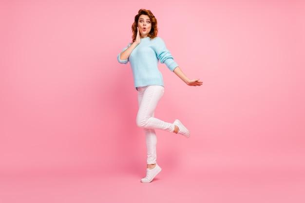 Volledige lengte lichaamsgrootte weergave van haar ze mooi uitziende aantrekkelijke mooie lieve verlegen innemende verbaasde vrolijke vrolijke golvende haren meisje nieuws reactie geïsoleerd over roze pastel kleur achtergrond
