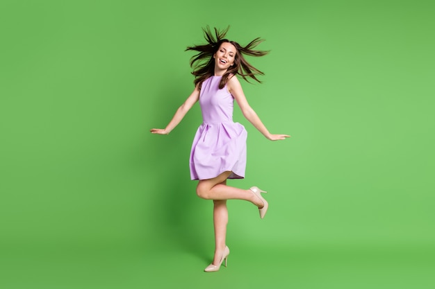 Volledige lengte lichaamsgrootte weergave van haar ze mooi uitziende aantrekkelijke mooie slanke modieuze blij vrolijk vrolijk meisje poseren met plezier genieten van vakantie goed humeur geïsoleerde groene kleur achtergrond