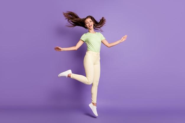 Volledige lengte lichaamsgrootte weergave van haar ze mooi uitziende aantrekkelijke mooie zorgeloze vrolijke vrolijke meisje springen met plezier geïsoleerd over heldere levendige glans levendige lila violette kleur achtergrond