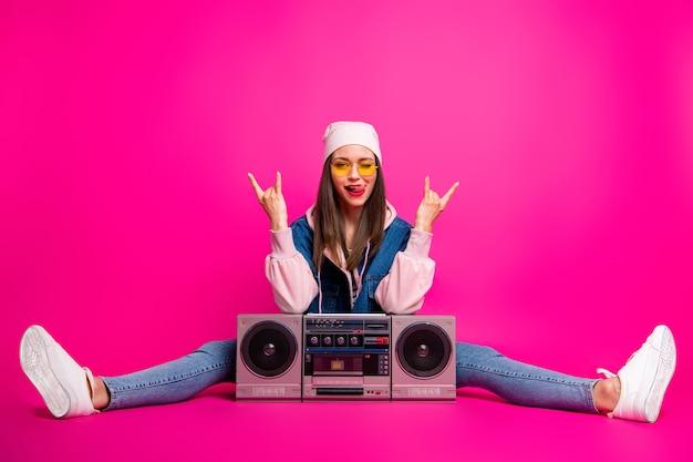 Volledige lengte lichaamsgrootte weergave van haar ze mooie aantrekkelijke vrolijke meisje zit naast boom-box met hoorn borden knipogen knipperend geïsoleerd op heldere levendige glans levendige roze fuchsia kleur