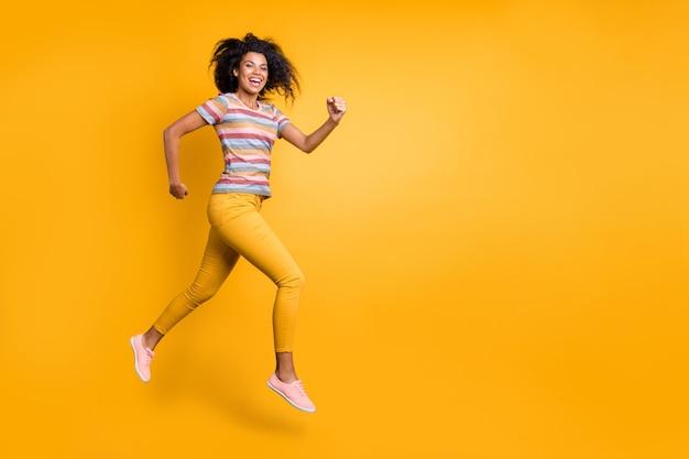 Volledige lengte lichaamsgrootte weergave van meisje springen rennen snel