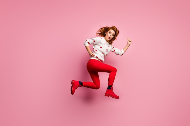 Volledige lengte lichaamsgrootte weergave van mooie aantrekkelijke meisjesachtige vrolijke foxy meisje met snelle actieve energieke levensstijl grijnzende lippen