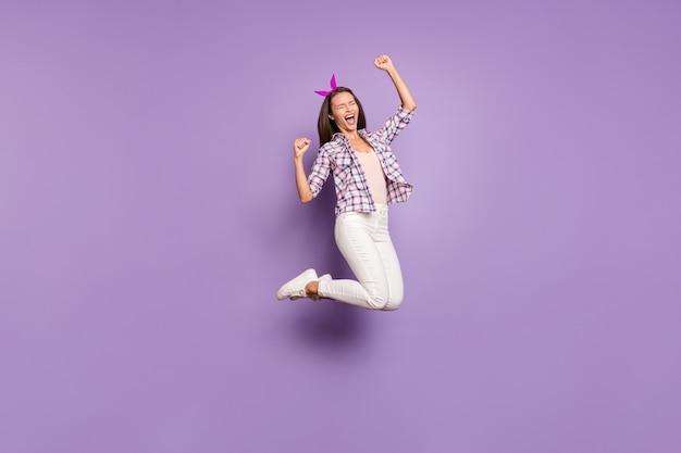 Volledige lengte lichaamsgrootte weergave van vrolijk funky tevreden meisje springen verheugend