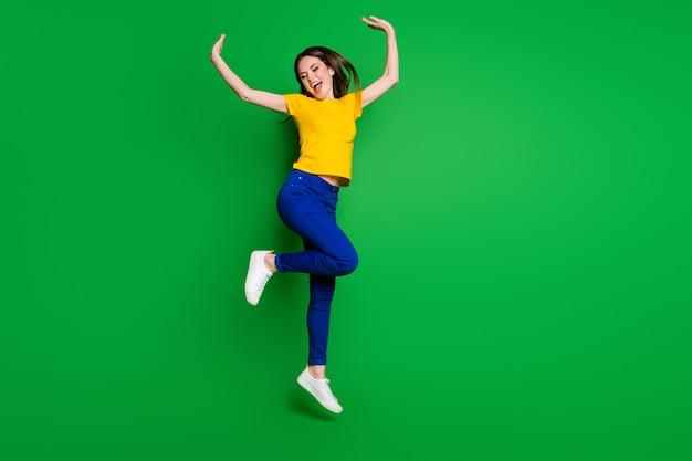 Volledige lengte lichaamsgrootte weergave van vrolijk meisje springen