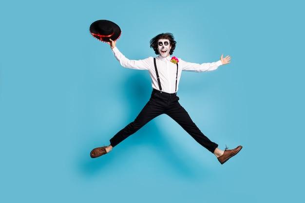 Volledige lengte lichaamsgrootte weergave van zijn hij knappe blije vrolijke vrolijke heer caballero springen plezier dansen calavera catrina feestelijke geïsoleerde heldere levendige glans levendige blauwe kleur achtergrond