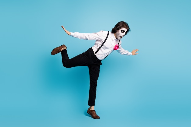 Volledige lengte lichaamsgrootte weergave van zijn hij knappe funky komische griezelige heer plezier springen vallen zombie thema geïsoleerd heldere levendige glans levendige blauwe kleur achtergrond
