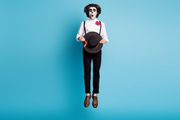 Volledige lengte lichaamsgrootte weergave van zijn hij knappe mager lang griezelig eng spookachtig verbaasd verbijsterd heer springen catrina carnaval feestelijke geïsoleerde heldere levendige glans levendige blauwe kleur achtergrond