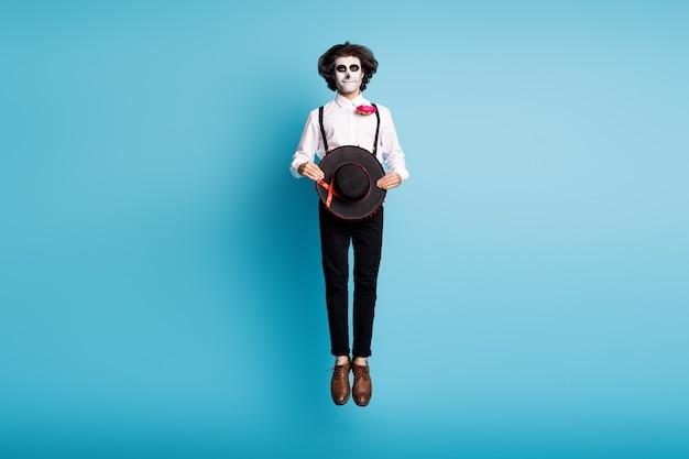 Volledige lengte lichaamsgrootte weergave van zijn hij knappe verlegen bescheiden griezelig eng griezelig vrolijke heer springen catrina carnaval evenement feestelijke geïsoleerde heldere levendige glans levendige blauwe kleur achtergrond