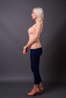 Volledige lengte profiel weergave portret van mooie vrouw met blond haar
